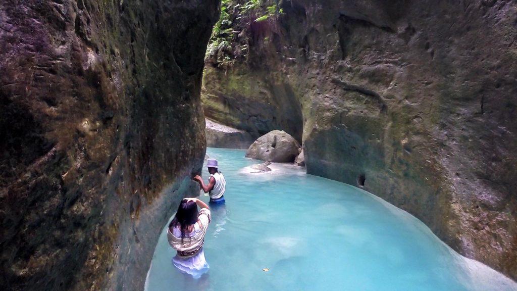 Cesta kaňonom k vodopádu Dao Falls na Filipínach.