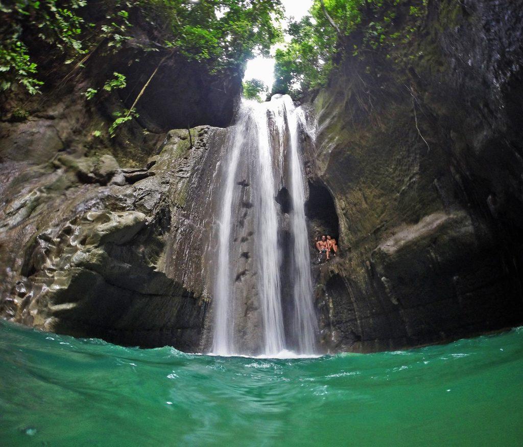 Hidden Falls, Filipíny. Na tomto vodopáde sa dá vliezť do rôznych jaskyniek a zaskákať z viacero výšiek.