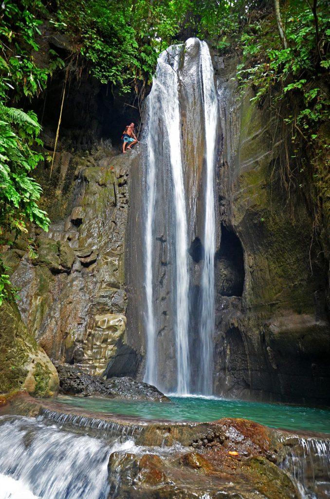 Hidden Falls (Binalayan Falls) na ostrove Cebu. Perfektné miesto na adrenalínové skoky. Na fotke práve rozmýšľam, či z tej 13 metrovej výšky fakt skočiť. Samozrejme som skočil :)
