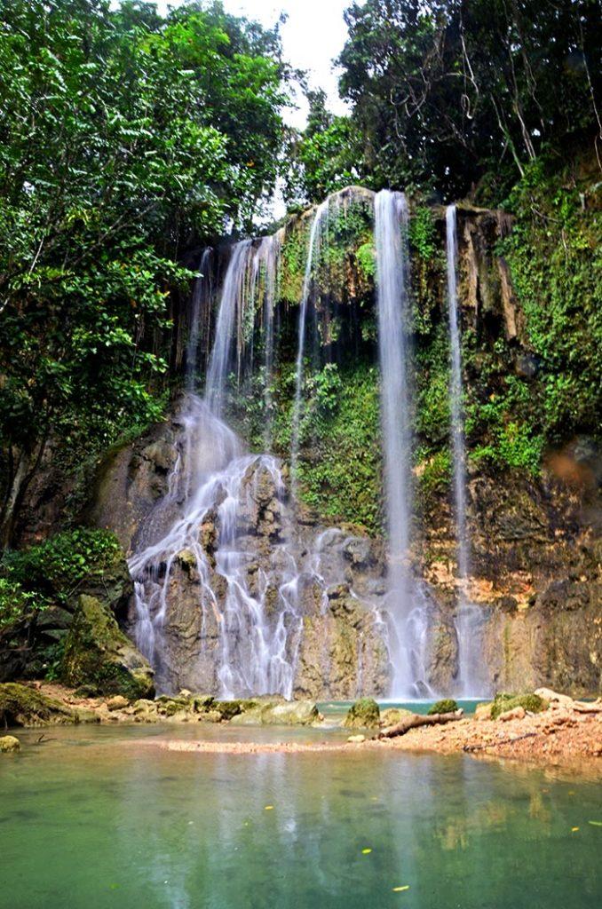 Kawasan Falls na ostrove Bohol. Pozor! Rovnako sa volajú aj turistické vodopády na ostrove Cebu.
