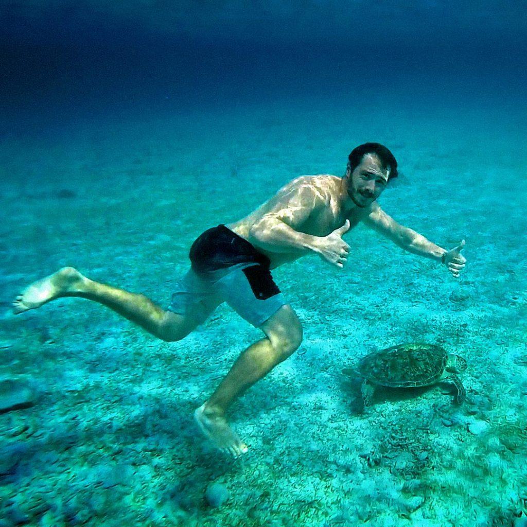 Na ostrove vám za 5 eur požičajú šnorchel. My sme šetrili a požičali sme s priateľkou len jeden. Takže občas som si zaplával aj takto :)
