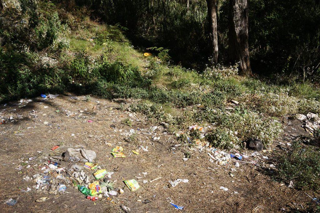 Odpadky na vulkáne Mount Rinjani.