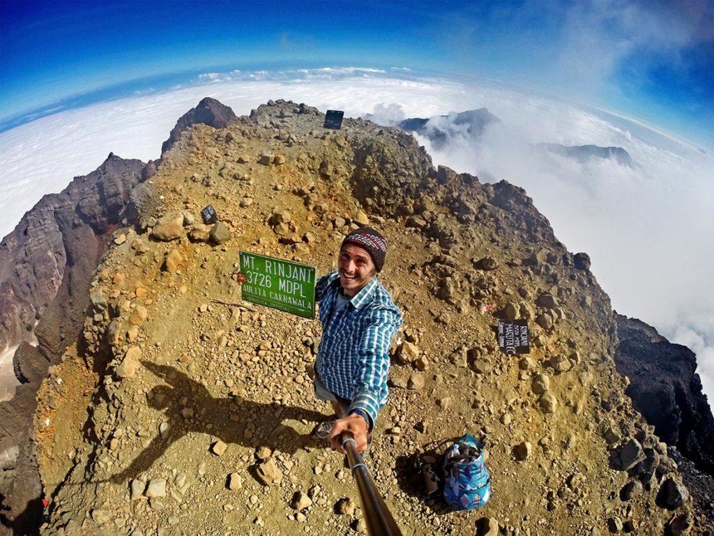 Vrcholová selfie! Vulkán Mount RInjani s výškou 3 726 metrov som zdolal!