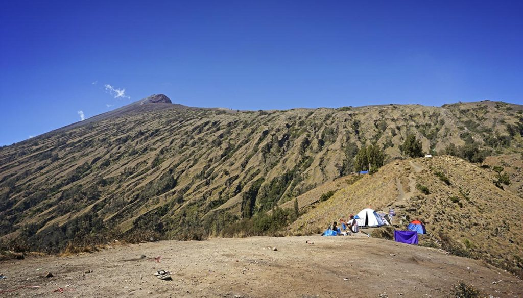 Mount Rinjani predomnou... Zdá sa to, že je to čo by jeden kameňom dohodil, ale pravda je inde...