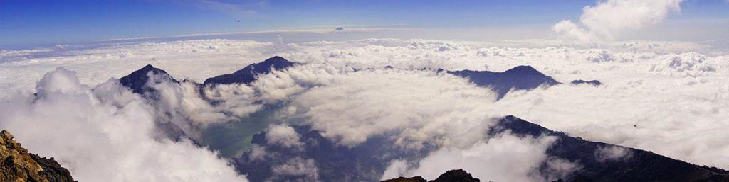 Výhľad na inverziu a oblakmi zaliate okolie