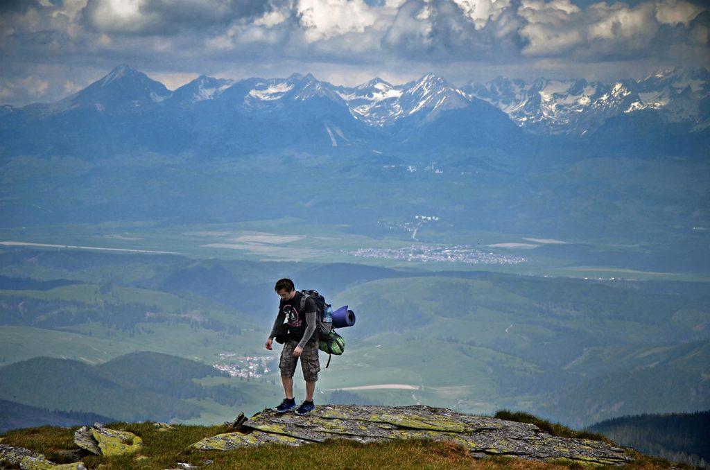 Na sever od hrebeňa a po našej pravej strane sa hneď ukazujú majestátne Vysoké Tatry.