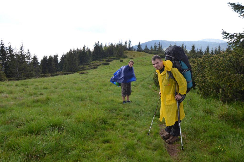 Počas prvého dňa hrebeňovky nás zastihol aj dážď a museli sme vytiahnuť pršiplášte.
