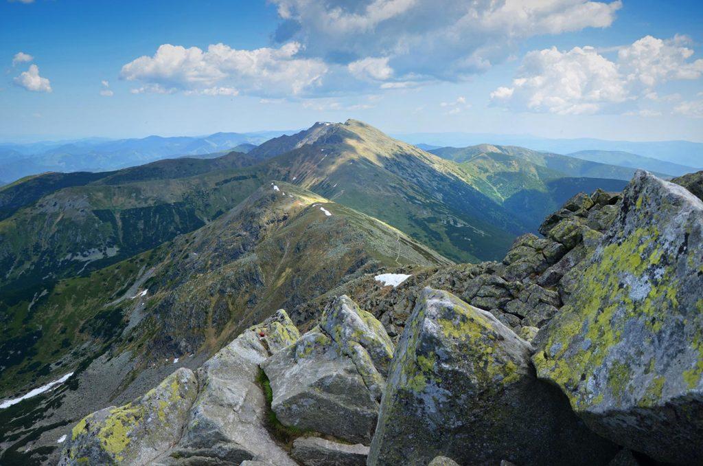 Výhľad z Chopku (2 024 m.), ktorý je najturistickejším miestom celej hrebeňovky Nízkych Tatier.