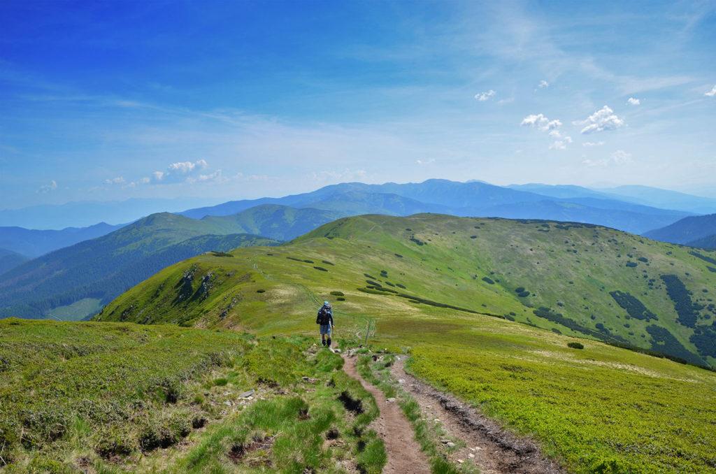 Pokračujeme cez Latiborskú Hoľu, Veľkú Hoľu a Skalku až na Košarisko.