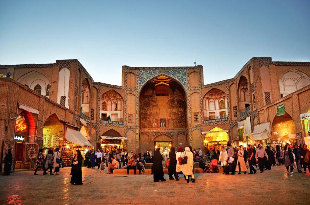 Z námestia sa dá plynule prejsť do jedného z iránskych bazárov - trhovisko, kde nájdete všetko možné. Toto je jedna z brán k bazáru.