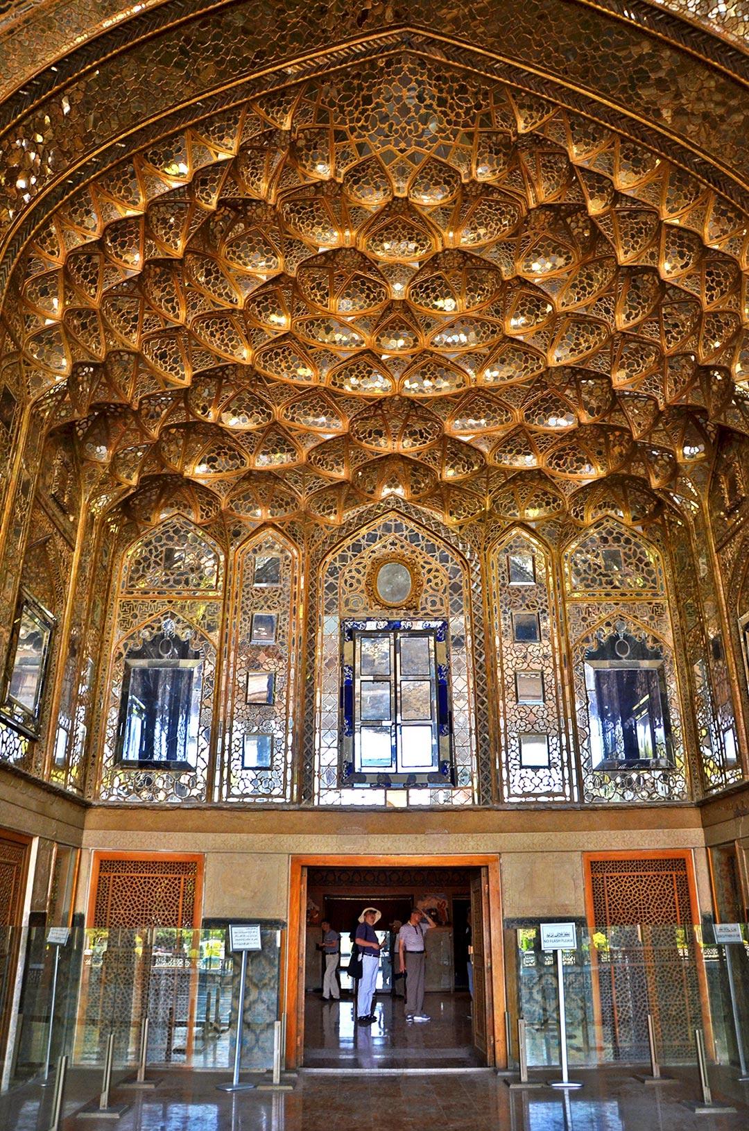 Vstup do paláca Chehel Sotoun, ktorý okrem iného obklopujú krásne perzské záhrady. Prechádzkami po podobných miestach môžete zabiť kľudne celý deň a neomrzí vás to.