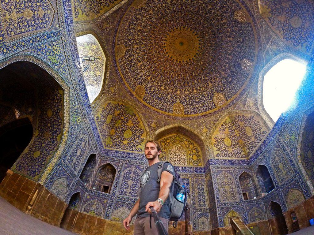 Smrteľne vážny Peter vo vnútri mešity Shah :) Farby a architektúra robia každý kúsok tejto stavby fotogenickým.