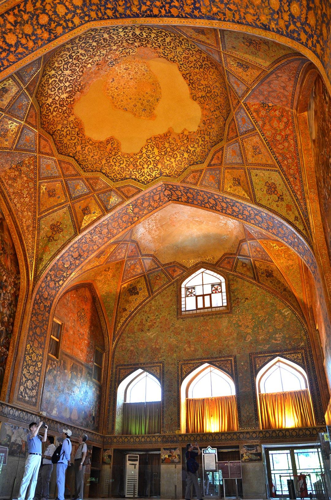 Tak ako ďalšie miesta v Isfaháne, aj tento palác ponúka krásne interiéry s nástennými maľbami.