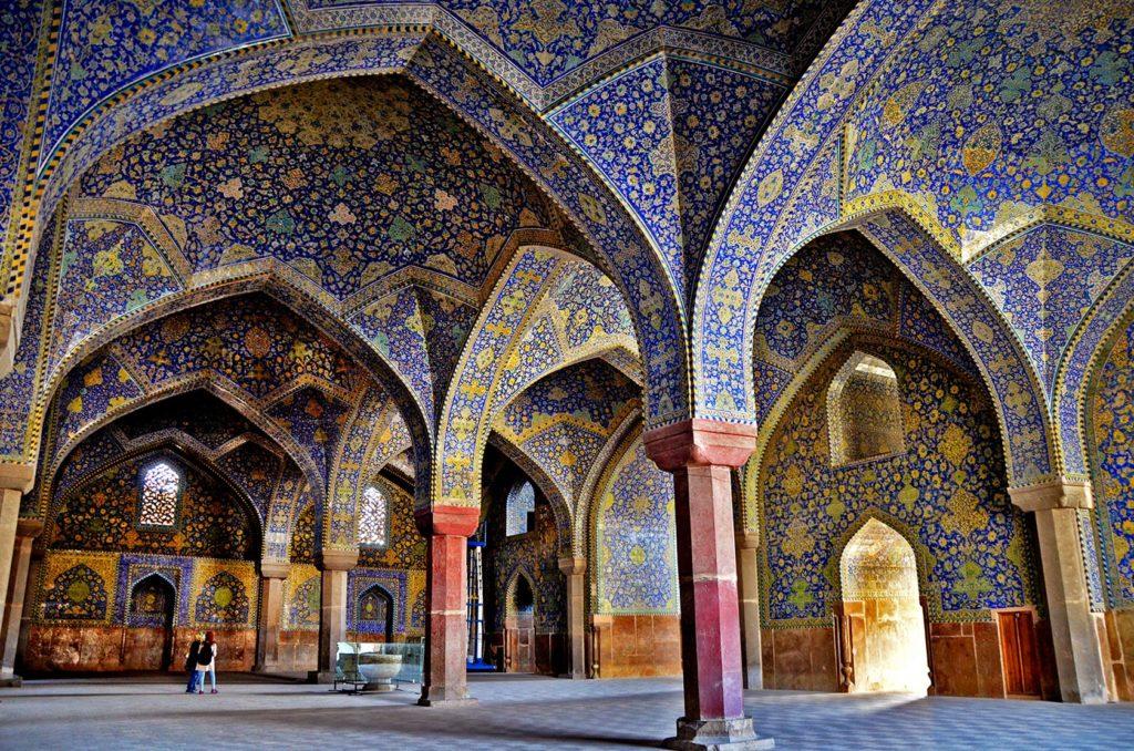 Prechádzka mešitou s orientálnymi klenbami je dychberúca.