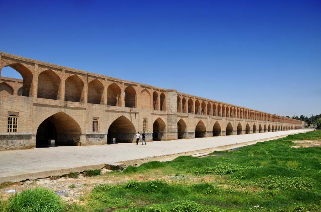 Takmer 300 metrov dlhý a svojou architektúrou unikátny most Si-o-se-pol v Isfaháne. Normálne by pod ním mala byť voda :)