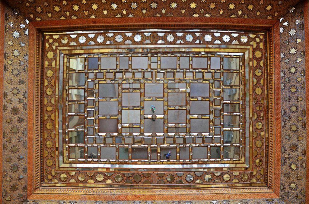 Pri vstupe do paláca Chehel Sotoun som na strope uvidel obrovské zrkadlá.