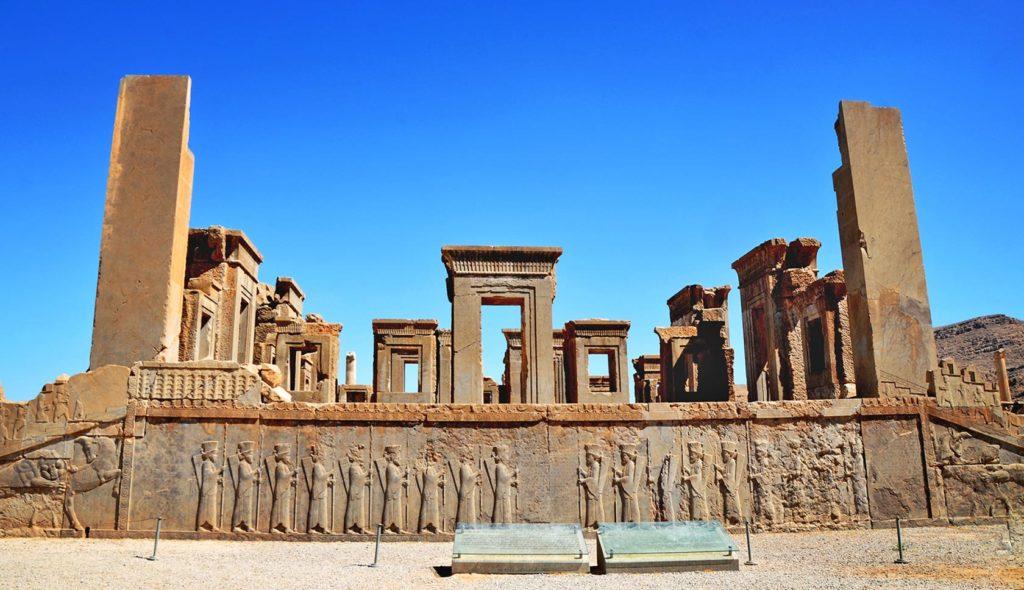 A toto je už staroveký Perzepolis - zrúcaniny hlavného sídla perzskej ríše, ktoré začalo vznikať 520 rokov pred naším letopočtom.