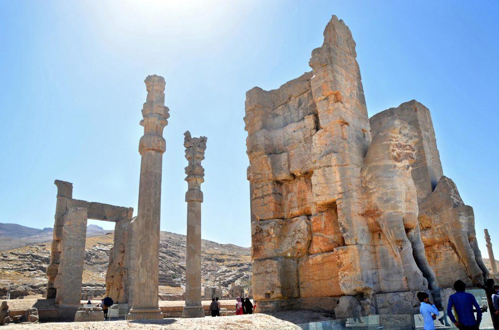 V roku 332 pred Kr. mesto napokon dobyl a zničil požiarom Alexander Veľký (wikipédia :) )