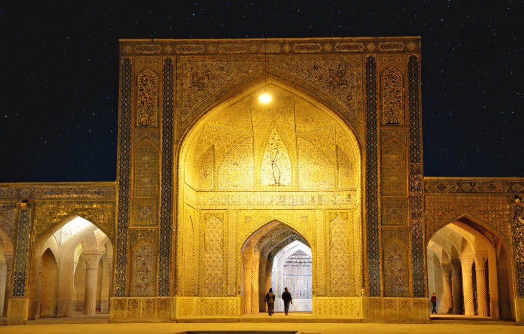 Vakil Mosque v meste Shiraz. Myslel som, že táto mešita bude večer už zatvorená. Nebola a to bolo len dobre - večer v tejto obľúbenej pamiatke takmer nebolo ani nohy.