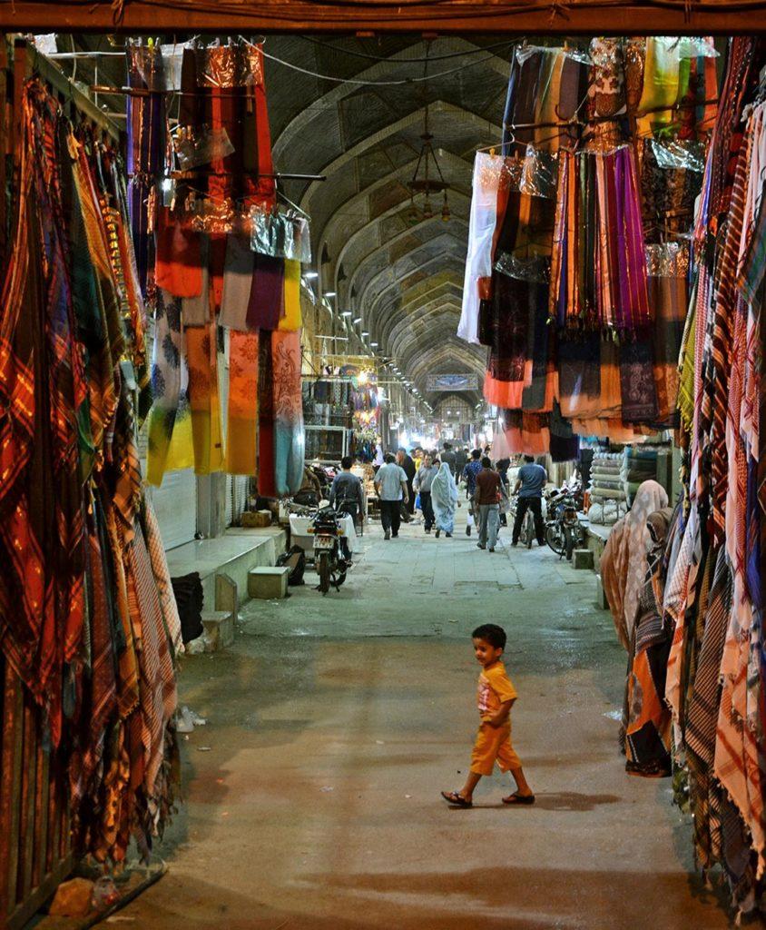 Vstup na trhovisko Vakil Bazaar v meste Shiraz, ktoré je od hlavného mesta Teherán vzdialené približne 1000 km.