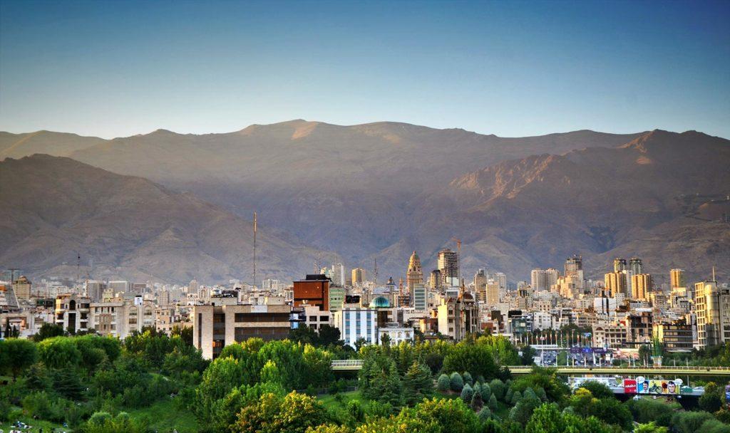 Hlavné mesto Iránu - Teherán. V pozadí kopce pohoria Alborz, na ktoré som si to neskôr vyšľapal.