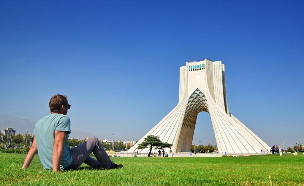 Ikona a symbol Teheránu - Azadi Tower, ktorá bola postavená v roku 1971 k 2500. výročiu Perzskej ríše. Ak ste videli film Argo, záber na túto stavbu je tam hneď niekoľkokrát.