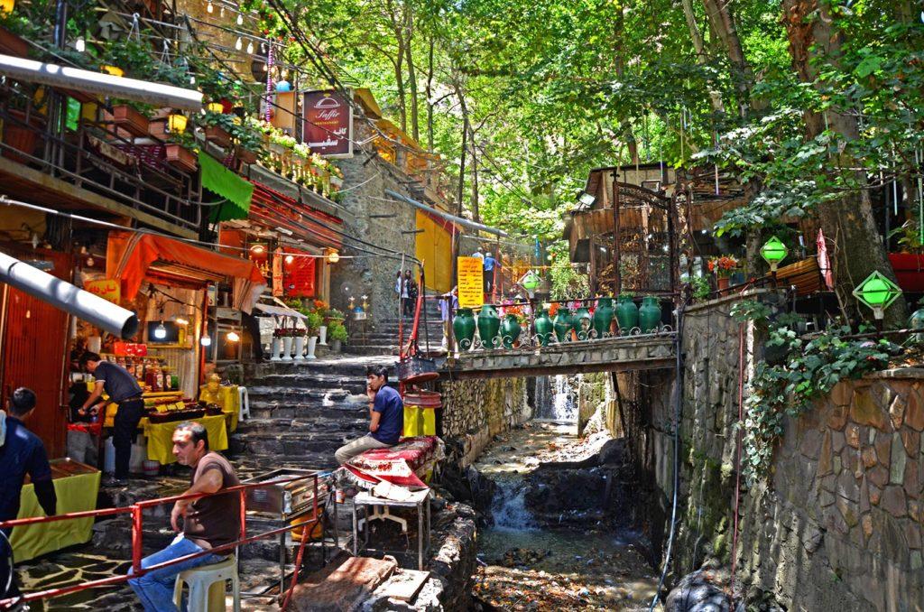 Teheránska štvrť Darband, kde nájdete plno reštaurácií a obchodíkov. V tejto štvrti som začínal svoju dvojdňovú túru na a vrch Tochal.