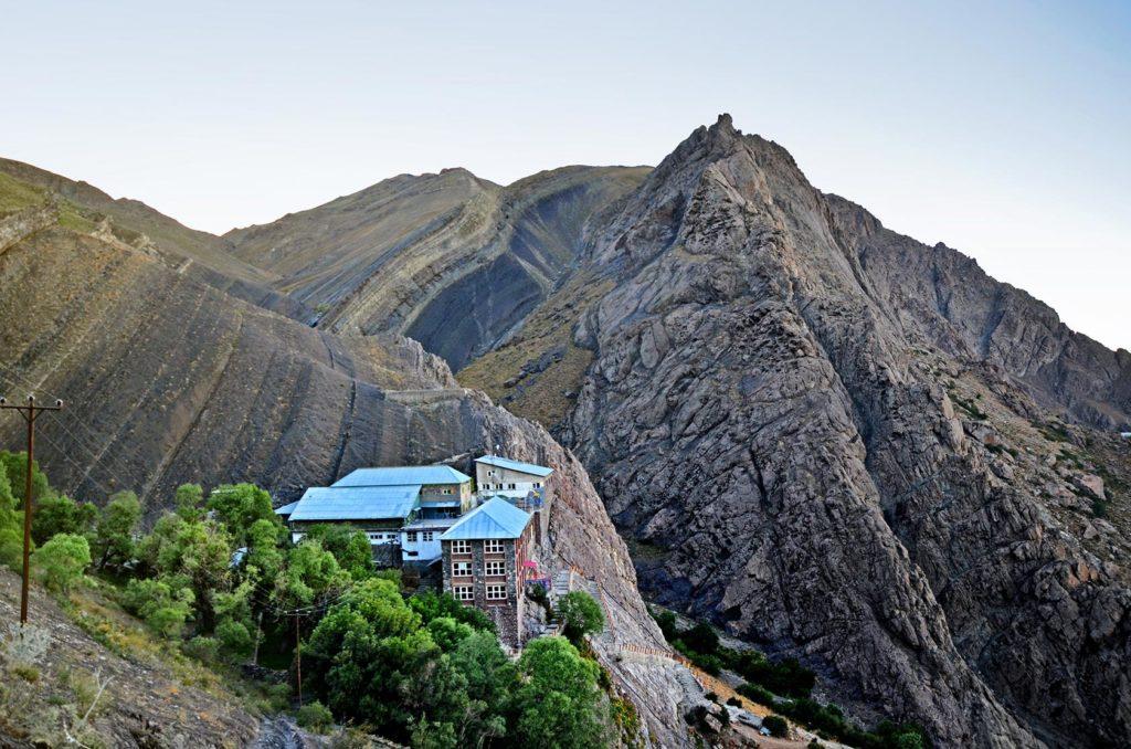 Prvý deň som vyšlapal na horskú chatu Shirpala, kde môžete prenocovať vo výške 2750 m.n.m. Okrem mňa tu bolo len pár ľudí, ktorí mi poponúkali svoje jedlo aj čaj. Na oplátku som sa aj ja podelil so svojimi zásobami :) Mohamed, jeden z turistov, mi na dôkaz svojej iránskej pohostinnosti dokonca zaplatil večeru a nikto odo mňa ani nevypýtal peniaze za nocľah.