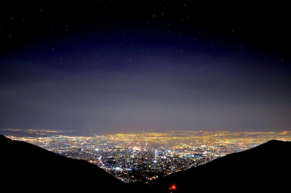 Výhľad na nočný Teherán z výšky 2750 m.n.m.