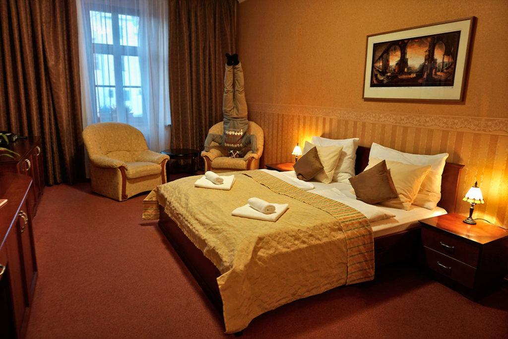 Hotel u Leva ponúka pekné izby s výhľadom na námestie. Inak našiel si ma fotke? :D