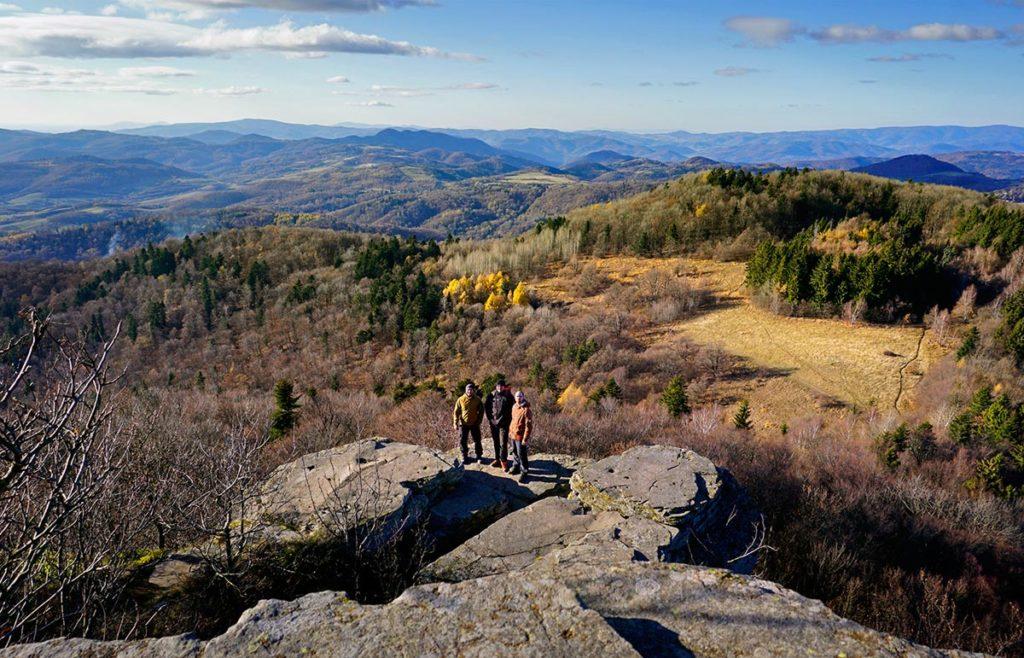 Skaly a výhľad tesne pod vrchom Sitno
